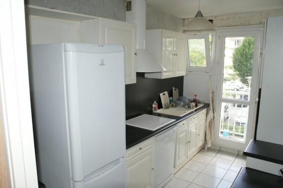 réfrigérateur, four, four à micro ondes plaques, évier, lave vaisselle.