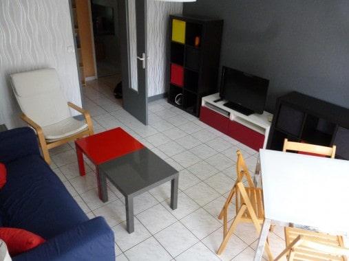 canapé table avec 4 chaises, télévision, exposition sud