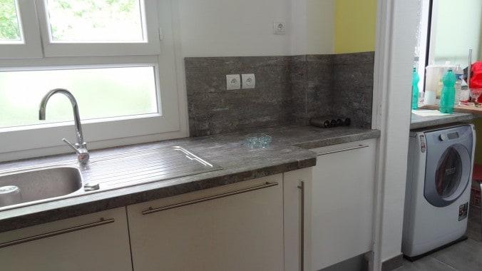 la cuisine aménagée + arrière cuisine avec machine à laver et machine à sécher