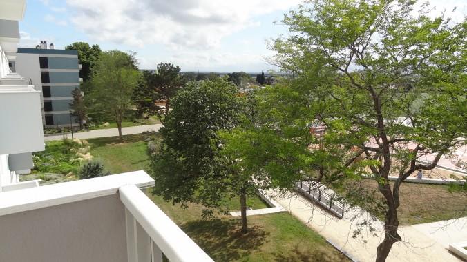 vue dégagée du balcon de la ch 2 sur un espace vert plein ouest