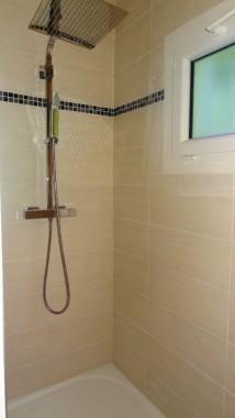 grande douche à l italienne ,salle de bain entierement carrelée