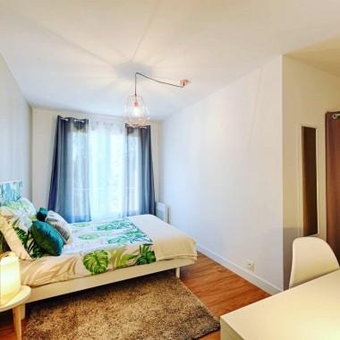 Chambre aménagée et décorée avec soin