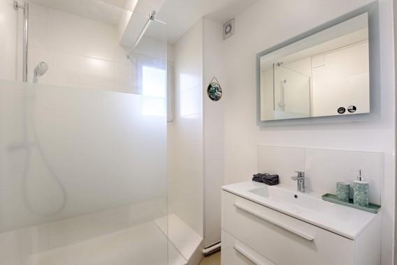 Salle de bain moderne avec matériaux de qualité