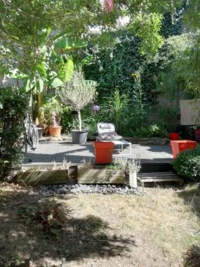 Jardin avec terrasse et potager