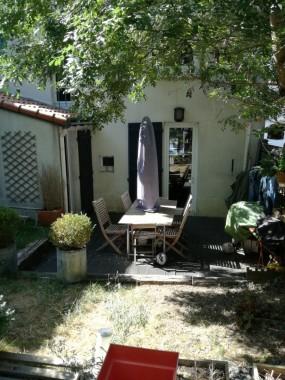 terrasse et jardin sans vis à vis, la rue est de l'autre côté de la maison
