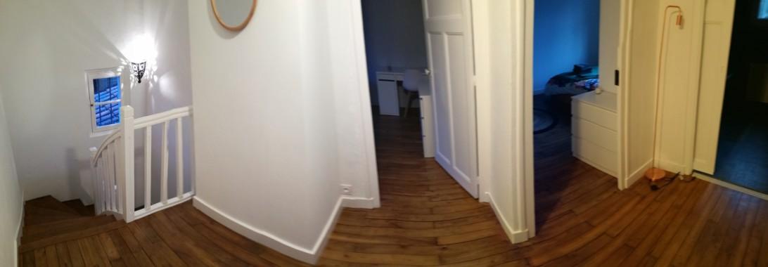Couloir à l'étage déservant 4 chambres et une salle de bain avec baignoire, douche et WC