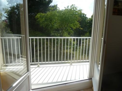 balcon avec vu sur le jardin